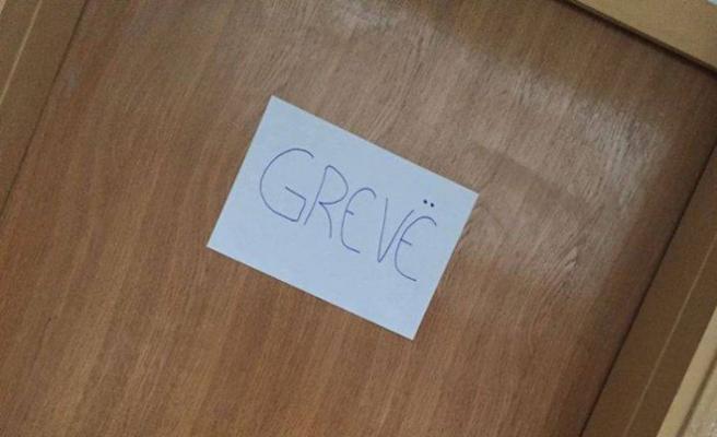 Mitroviçalı Türk Öğretmenler grev yapıyor