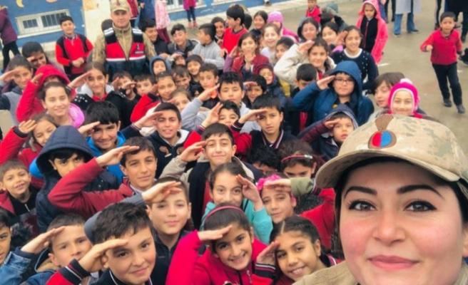 Malatya jandarma depremzedelere moral veriyor
