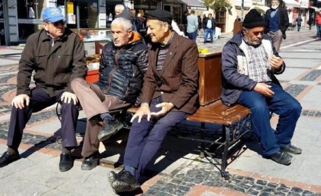 65 yaş ve üzerindeki vatandaşların sokağa çıkmalarının sınırlandırılmasına başlandı