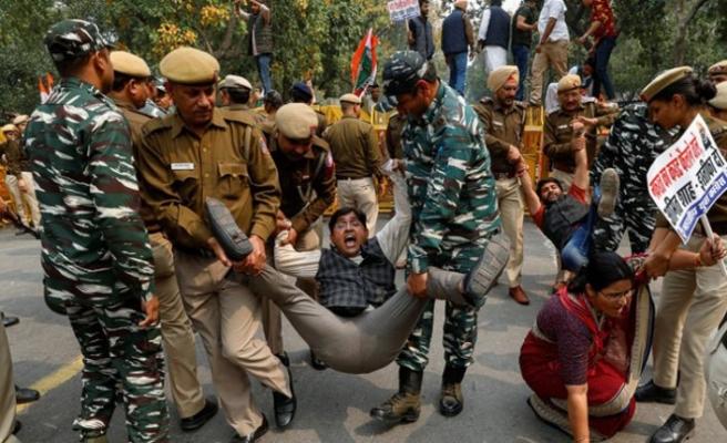 Hint polisi Vatandaşlık Yasası protestolarında çok sayıda öğrenciyi gözaltına aldı
