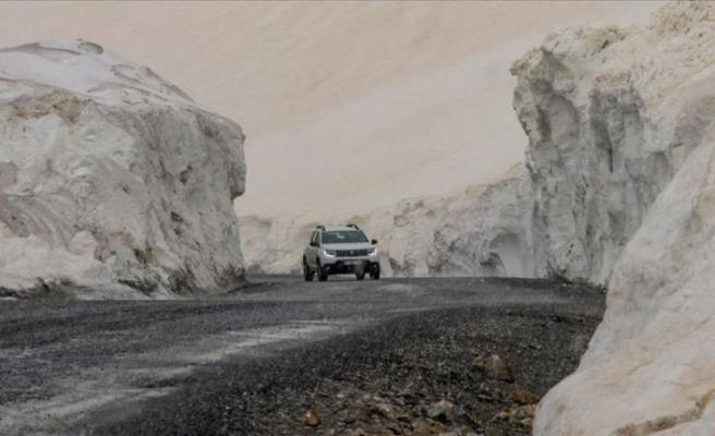 Çığda 42 kişinin hayatını kaybettiği Van-Bahçesaray kara yolu kardan temizlendi