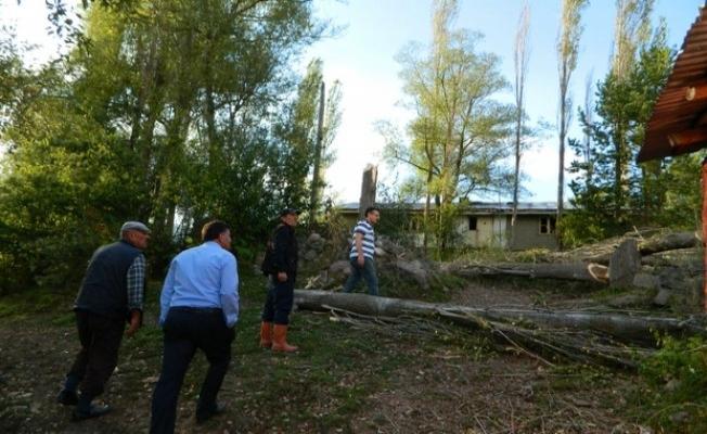Ardahan'da şiddetli fırtına çatıları uçurdu