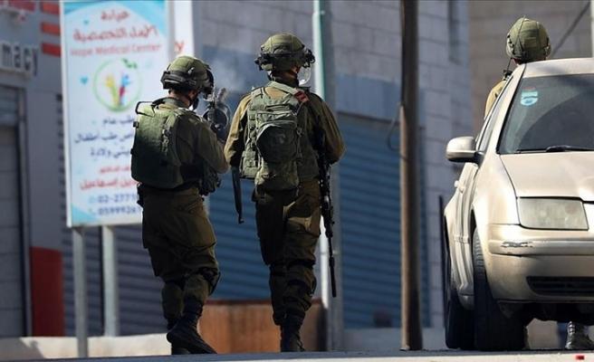 İsrail askeri, 'sahte' barikatla Filistinlilerin aracını çalmış