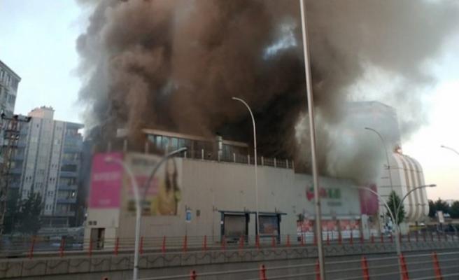 Batman'da alışveriş merkezinde yangın