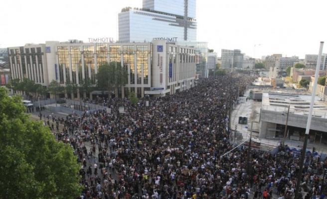 Fransa'da binlerce kişi ABD'deki polis şiddetini protesto etti
