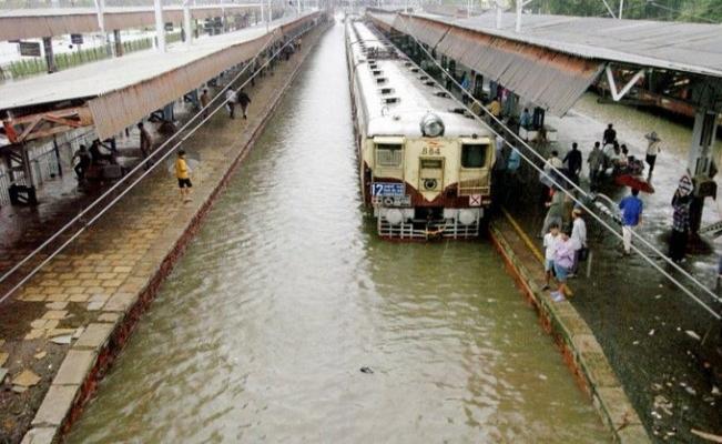 Umman Denizi'nde oluşan Nisarga Kasırgası Hindistan'a ulaştı