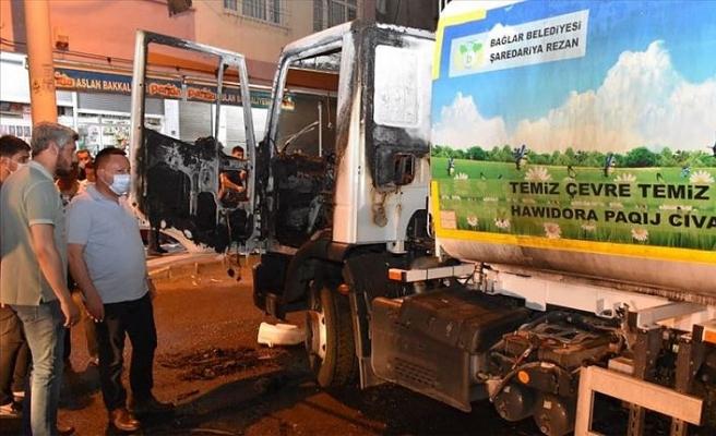 Diyarbakır'da temizlik aracı yüzü maskeli kişilerce yakıldı