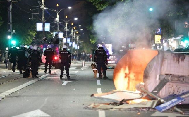 Sırbistan'daki binlerce insan sokağa döküldü 43 polis yaralandı