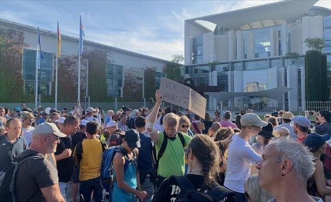 Almanya'da Kovid-19 kısıtlamaları başbakanlık binası önünde protesto edildi