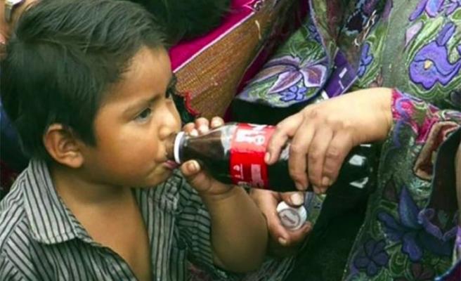 Şişelenmiş zehir.. Chiapas'ta şekerli içecekler şişelenmiş sudan daha kolay bulunabilir