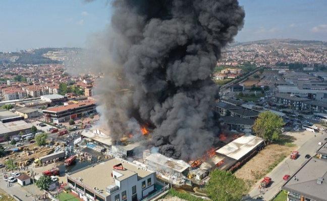 Sakarya'da bir marketin deposunda yangın çıktı