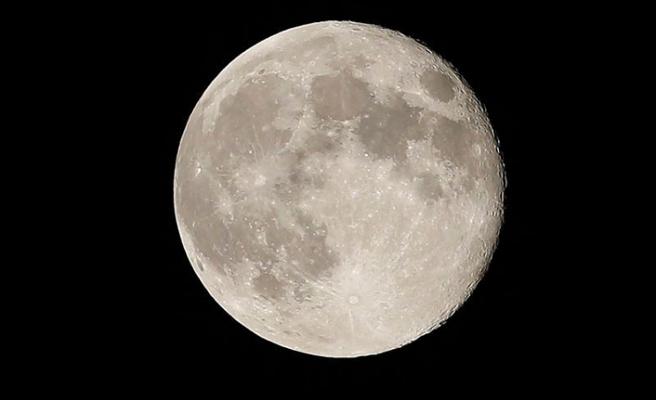 NASA, Ay'a bir kadın ve bir erkek astronot gönderecek