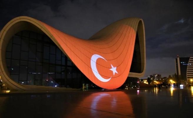 Bakü'nün ünlü yapılarına Türk bayrağı yansıtıldı