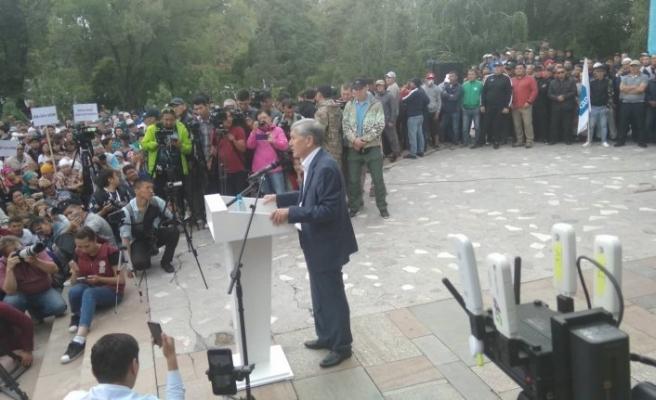 Cezaevinden çıkarılan Atambayev meydanlara çıktı