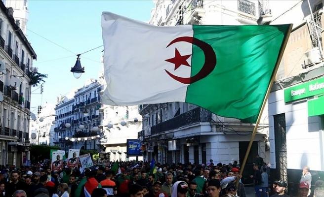 Cezayir'den Fransa'ya İslam'a hakaret sebebiyle dava açılması çağrısı