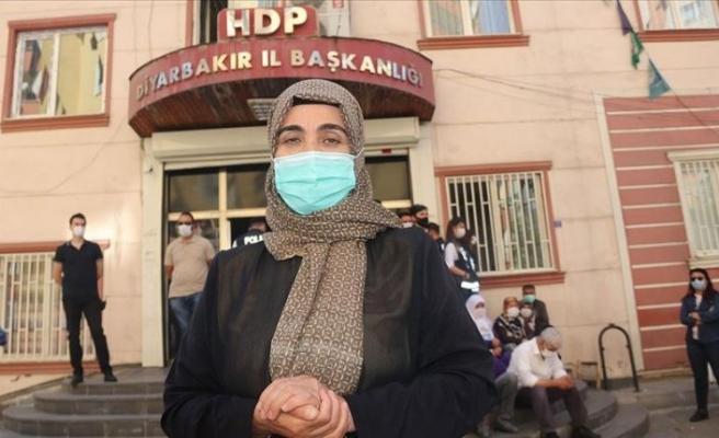 Diyarbakır annelerinden Mutlu: Çocuğumu bu kapıdan alana kadar gitmeyeceğim