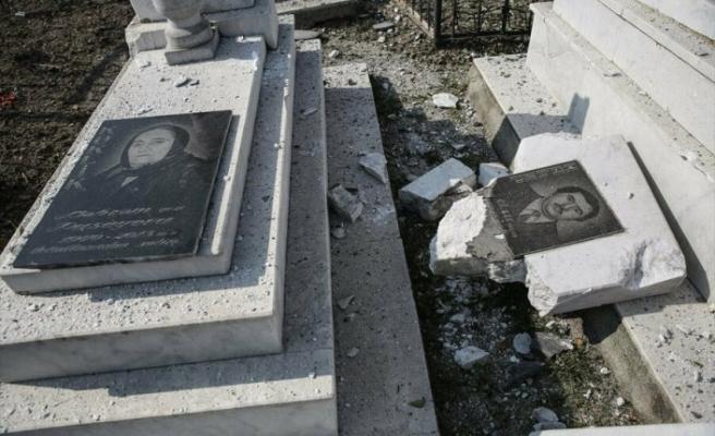 Ermeni askerler mezarlık ziyareti yapanlara saldırdı