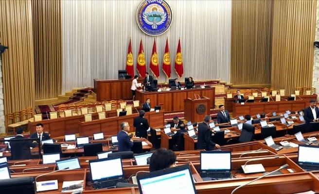 Kırgızistan'da kriz bitmiyor!  Cumhurbaşkanlığı ve genel seçimler askıya alındı