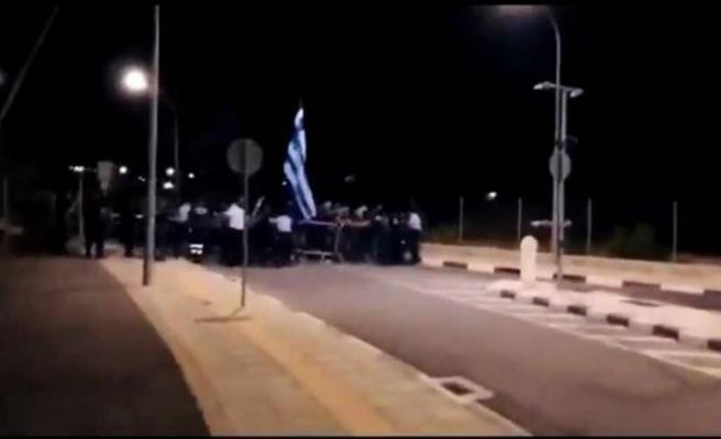 Rumlar bayrakla sınıra saldırdı! Haberi alan Türkler bölgeye akın etti