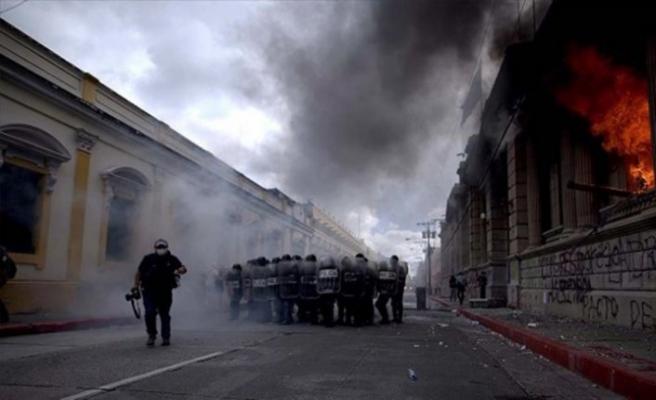 Guatemala'da bütçeyi protesto eden göstericiler Kongre'de yangın çıkardı