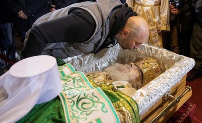 Kovid-19'dan ölen Patrik Irinej'in naaşını öpmek için sıraya girdiler