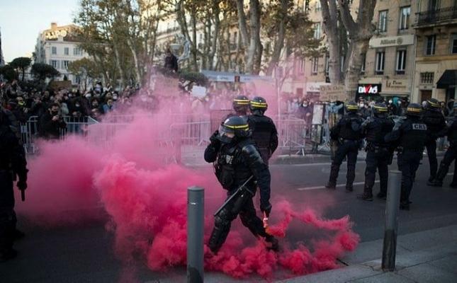 Paris ve Rennes karıştı.. Sarı yelekliler ve hükümetin yeni tasarısı karşıtları birbirine girdi
