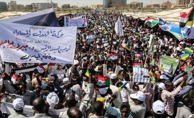Sudan'da binlerce kişi nihai barışı kutladı