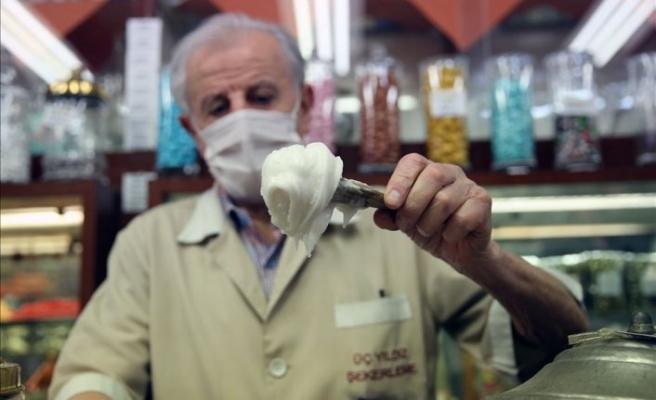 Tüm hayatı bu dükkanda geçti: Beyoğlu'nun şekerci 'beyefendisi'