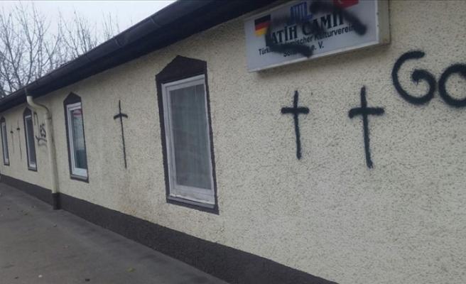 Almanya'da camiye İslamofobik saldırı: Duvara boyayla haç çizdiler