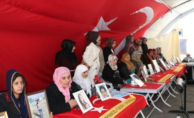 Evlat nöbetiyle evlatlarına kavuşan aileler, Diyarbakır annelerini ziyaret etti