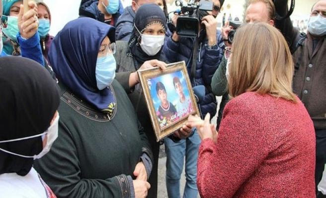 Fatma Şahin, evlat nöbetindeki aileleri ziyaret etti