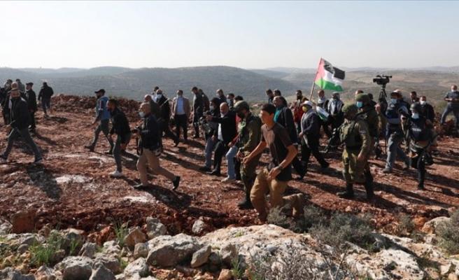 İsrail tarlada çalışan Filistinli çiftçilere saldırdı