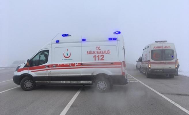 Yolcu minibüsü tırla çarpıştı: Ölü ve yaralılar var