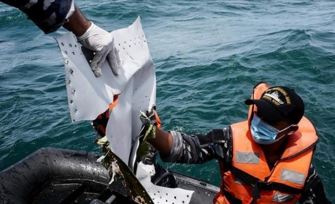 Endonezya'da düşen yolcu uçağı enkazını arama çalışmaları sürüyor