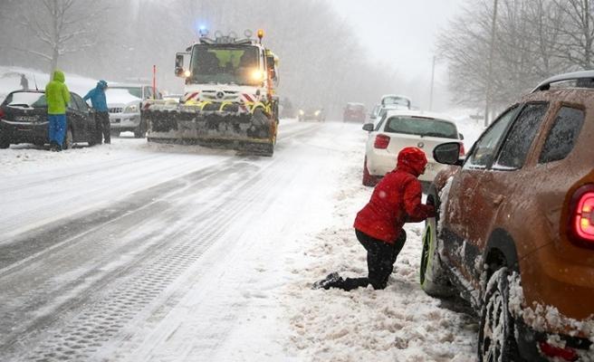 Fransa'da yoğun kar yağışı nedeniyle bine yakın araç yolda mahsur kaldı