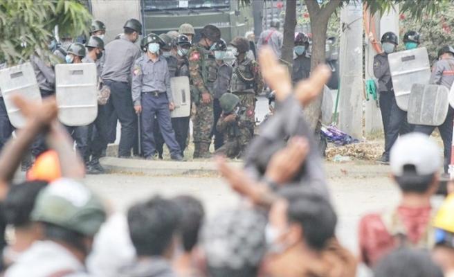 Myanmar'da Protestocular tehdide rağmen sokaklarda