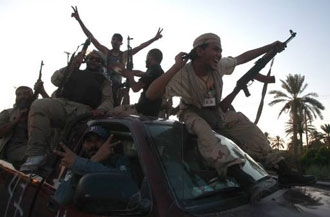 Kaddafi birlikleri teslim oldu, Trablus düştü