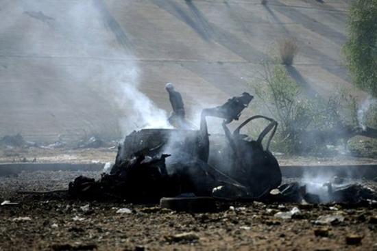 NATO Kaddafi'nin sarayını bombaladı