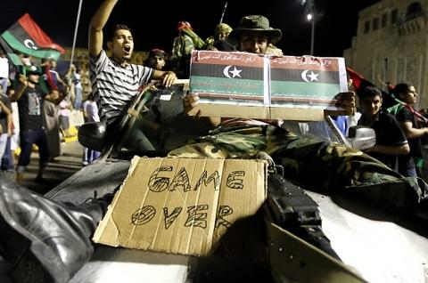 Trablus'u muhaliflere Kaddafi'nin komutanı satmış!