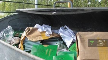 Kaddafi'nin Yeşil Kitap'ı çöpe atıldı
