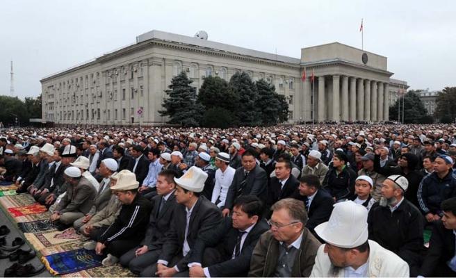 Kırgızistan'da binlerce kişi dua etti