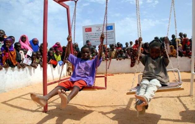 Somalili çocukların oyun parkı sevinci
