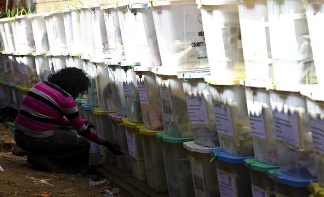 Kenya'da oylar elle sayılıyor