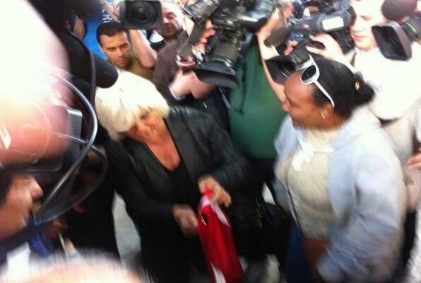 Rumların önünde Türk bayrağı açtı, saldırıya uğradı