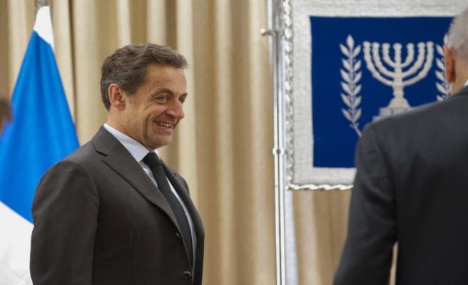 Sarkozy'nin dinlenmesi, Fransa'yı karıştırdı
