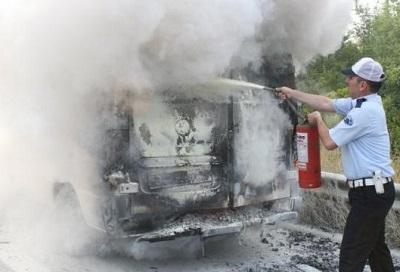PKK'lı yol kesti, minibüs yaktı!