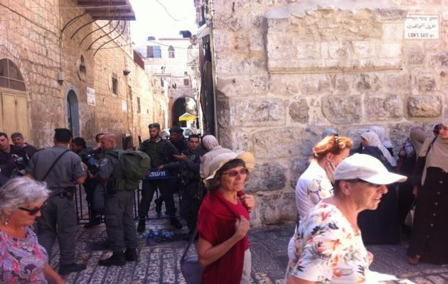 İsrail askeri, Müslümanları dışarı çıkardı
