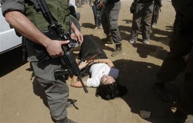 İsrail askeri Fransız diplomatı yerde sürükledi