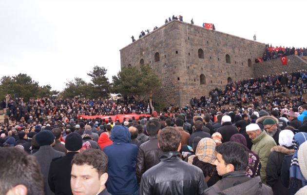 Erzurum'da 10 binler tabyalara yürüdü