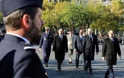 Hollande, resmi törende yuhalandı